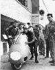 Allenamenti: Montanari in piedi con la tuta nera,  Colnago con la moto e Piero Pomi in tuta blu