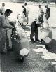 Piero Pomi col mono, Ippolito Pomi con l'8 cilindri; Diki Dale secondo a destra in maniche di camicia  e Keith Brian primo a destra con tuta