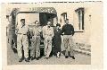 Da destra: Bianchi (autista),  Ippolito e Piero Pomi,  la locandiera e Cantoni ad Assen